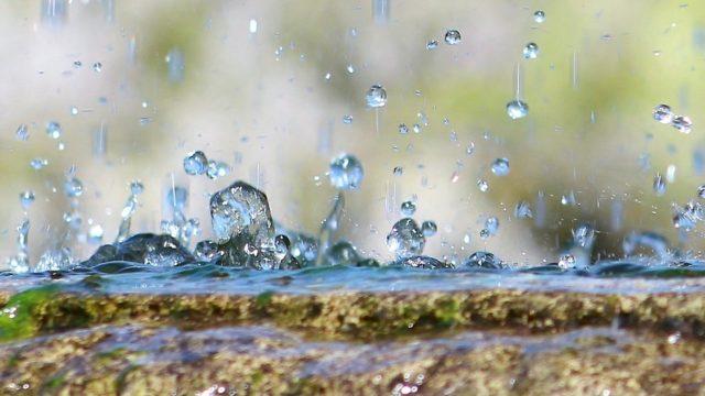 はじかれる水。