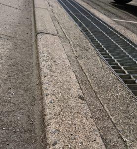 段差を見えづらくしたうえに、側溝のフタのスキマが杖先と前輪を誘い込む