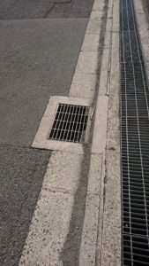 排水目的のフタのコンビネーション。 一つめをクリアしても、網目の方向が違う二つめが逃がさない。